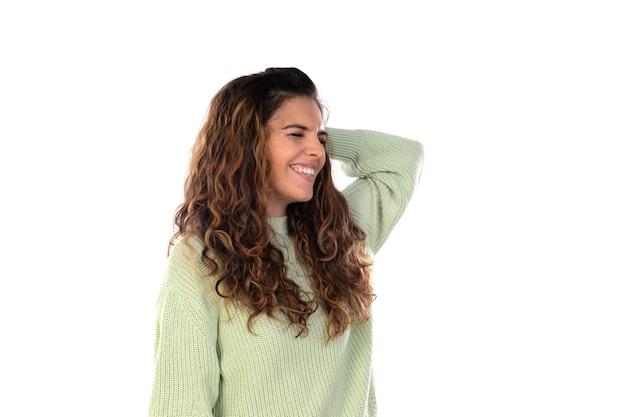 Bella donna con capelli ondulati isolati su bianco