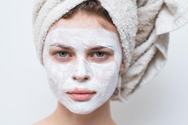 Bella donna con maschera bianca contro punti neri sul viso