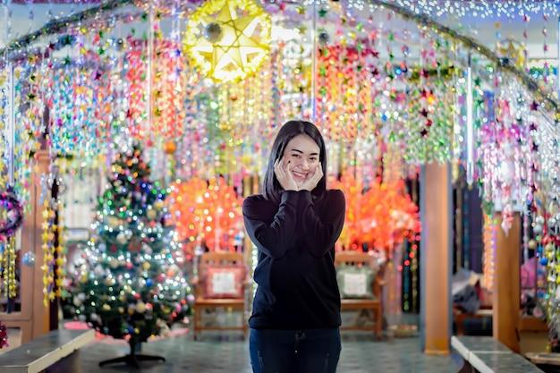Belle donne illuminano le stelle. durante il periodo natalizio a tha rae, sakon nakhon, tailandia