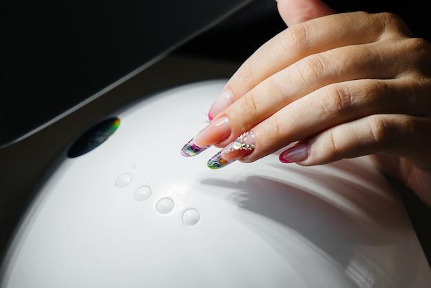 Primo piano del manicure delle belle donne in un salone di bellezza