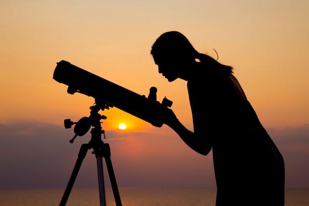 La silhouette di belle donne e il cielo meraviglioso