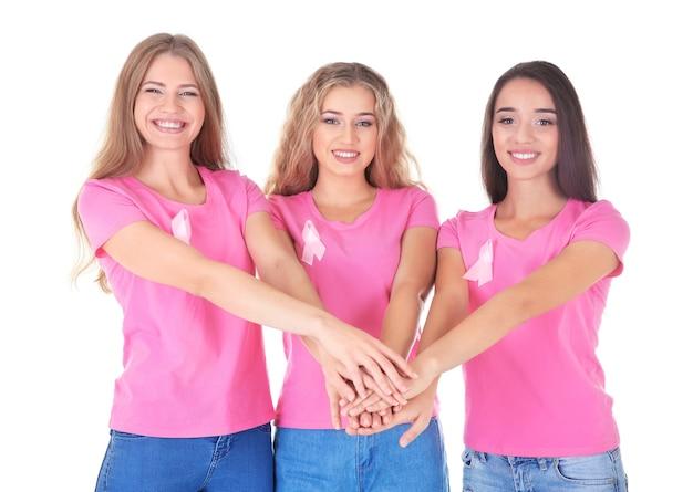 Belle donne che indossano magliette con nastri rosa su sfondo bianco