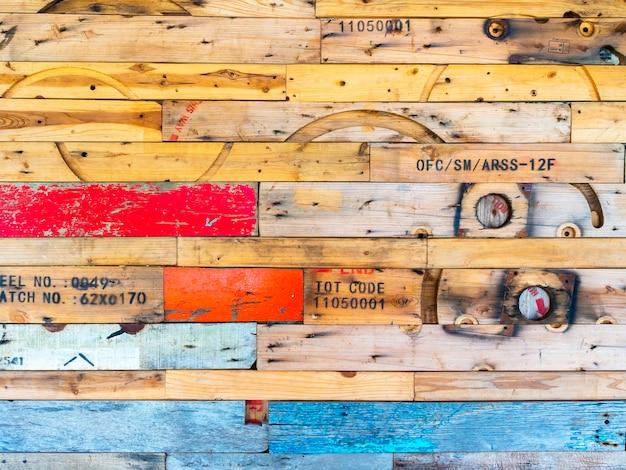 Bellissimo collage di decorazioni per pareti in legno con una varietà di vecchie assi di legno e colori. la superficie strutturata su legno usato ha fatto una parete.