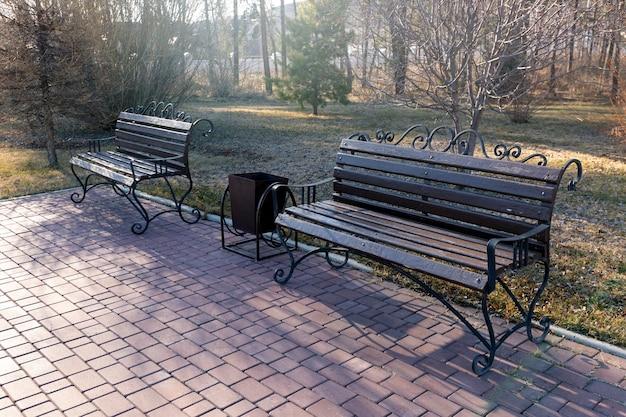 Bella panca di legno nel parco su uno sfondo di neve miglioramento dello spazio pubblico di progettazione