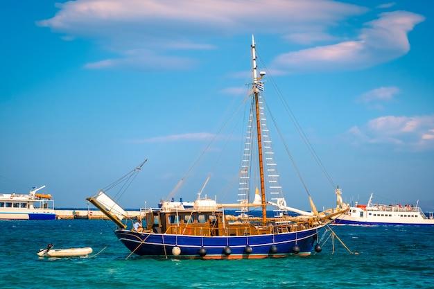 Bella barca di legno sull'acqua i