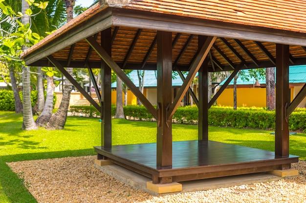 Bellissimo gazebo in legno in natura tropicale