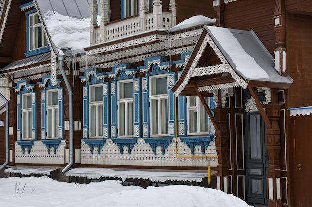 Bella casa in legno nella neve