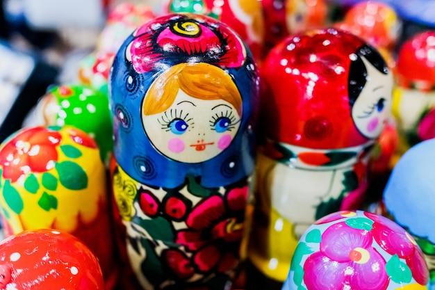 Bellissime bambole matrioska in legno in stile russo.