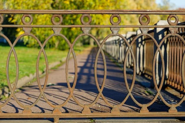 Bella grata in ferro battuto nel parco in autunno