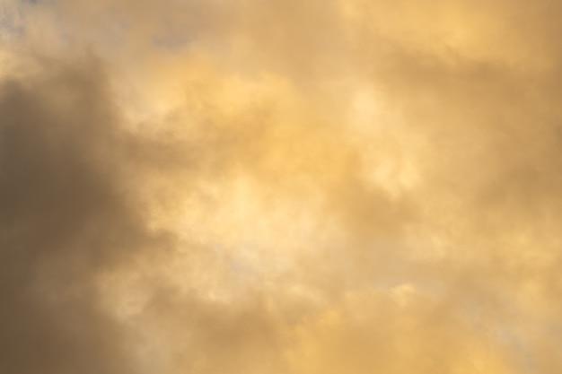 Bel cielo giallo con nuvole al tramonto. sfondo per designer