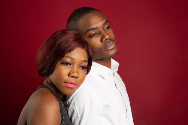Bella giovane coppia africana uomo e donna