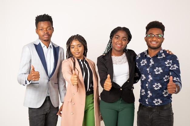 Belle giovani africani su sfondo bianco con gesto della mano