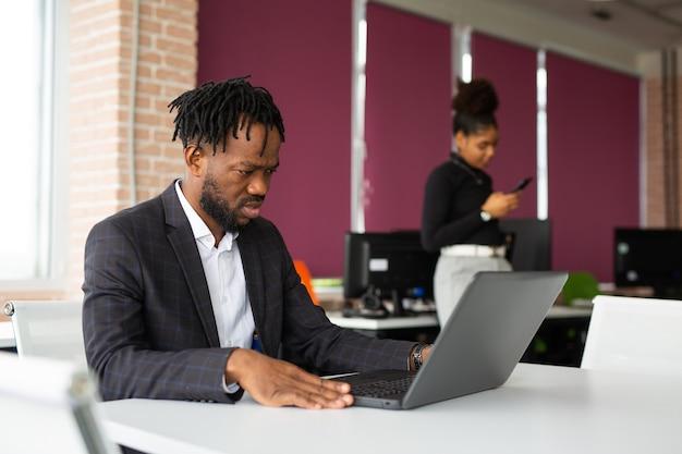 Belle giovani africane al lavoro in ufficio