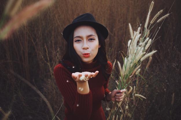 Bella giovane ragazza asiatica che gioca e sorride a beautiful filed
