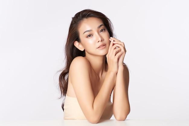 Bella giovane donna asiatica con pelle fresca pulita, cura del viso, trattamento viso, cosmetologia, bellezza, ritratto di donna asiatica Foto Premium