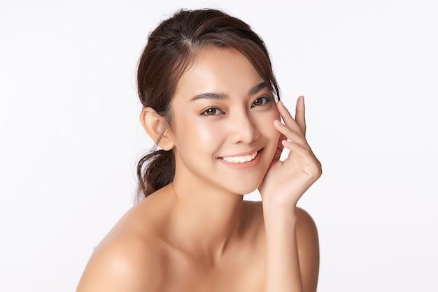 Bella giovane donna asiatica con pelle fresca pulita, cura del viso, trattamento viso, cosmetologia, bellezza, ritratto di donna asiatica