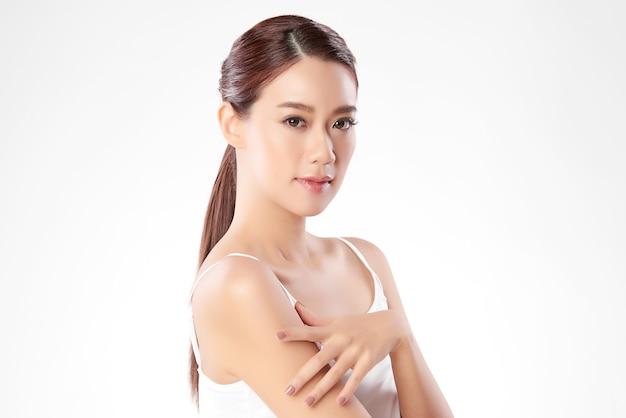 Bella giovane donna asiatica con pelle fresca pulita, cura del viso, trattamento viso. cosmetologia, bellezza e spa. ritratto di donne asiatiche