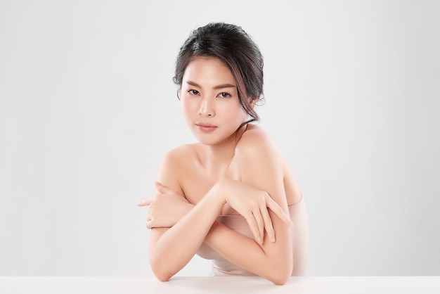 Bella giovane donna asiatica con pelle fresca pulita, cura del viso, trattamento viso, cosmetologia e bellezza