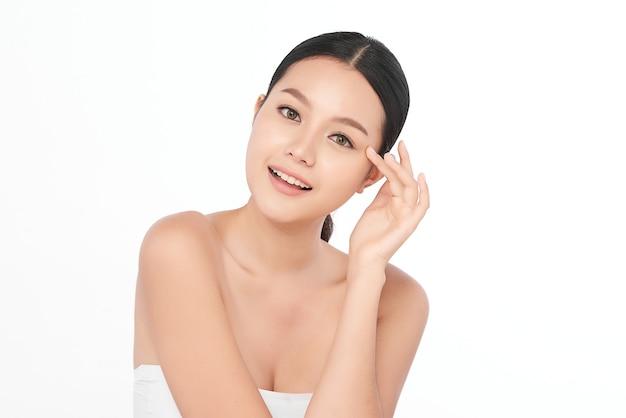 Bella giovane donna asiatica con pelle fresca pulita, cura del viso, trattamento viso, cosmetologia, bellezza.