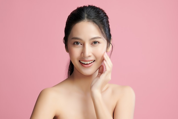 Bella giovane donna asiatica con pelle fresca e pulita su sfondo rosa, cura del viso, trattamento viso, cosmetologia, bellezza e spa, ritratto di donne asiatiche.
