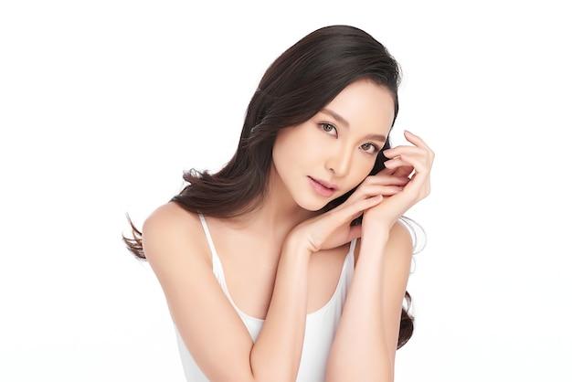 Bella giovane donna asiatica con pelle fresca e pulita su sfondo bianco, cura del viso, trattamento viso, cosmetologia, bellezza e spa, ritratto di donne asiatiche.