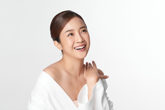 Bella giovane donna asiatica con pelle fresca pulita su bianco