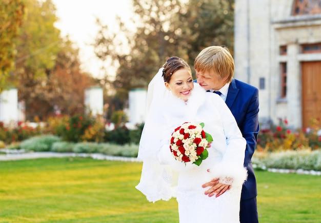 Bella giovane sposa e sposo innamorati.