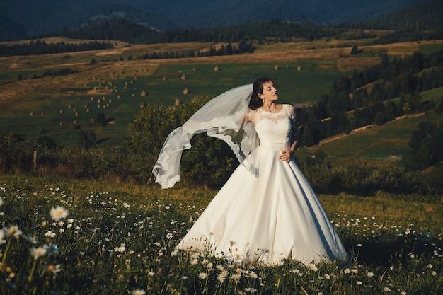 Bella giovane sposa all'aperto in una foresta.