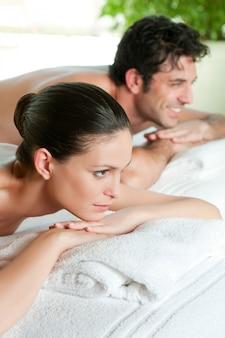 La bella giovane coppia gode insieme di un trattamento di bellezza alla stazione termale