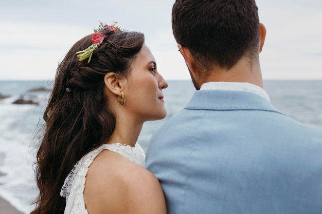 Bella giovane coppia che si sposa sulla spiaggia
