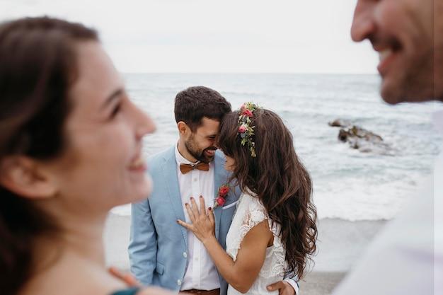 Bella giovane coppia che ha un matrimonio sulla spiaggia