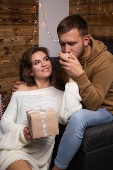 Bella giovane coppia a casa. abbracciare, baciare e godersi il tempo insieme mentre si festeggia