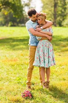Belle giovani coppie che abbracciano nel parco.