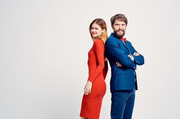 Bella giovane coppia romanticismo felice sfondo isolato. foto di alta qualità