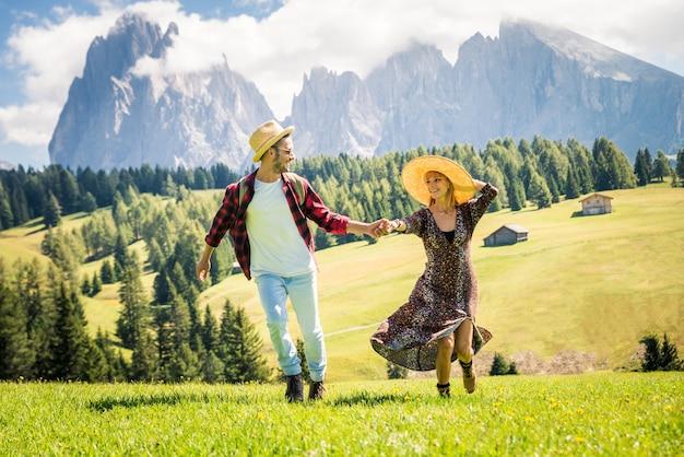 Bella giovane coppia in viaggio nelle dolomiti italia. due amanti che hanno una gita di un giorno nella natura