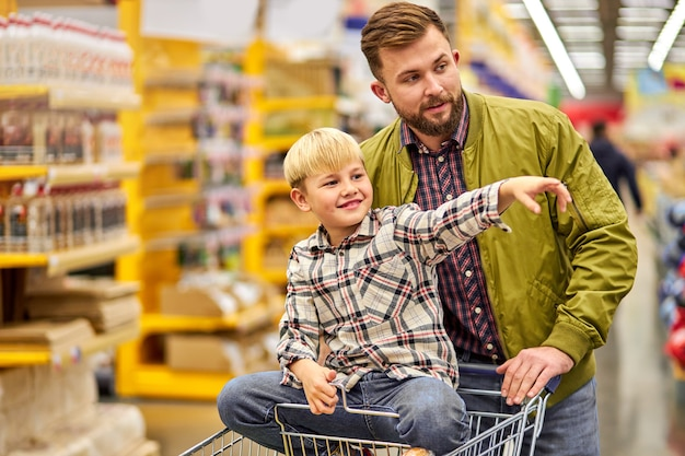 Bella e giovane famiglia facendo shopping insieme Foto Premium