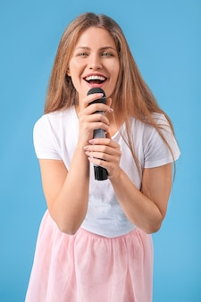 Bella giovane cantante femminile con microfono