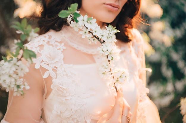 Bella ragazza sullo sfondo di un giardino fiorito.