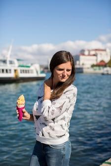 La bella ragazza mangia il gelato