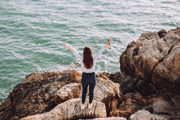 La bella ragazza gode del tempo al mare.