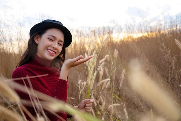 Bella ragazza che ha felice al campo di erba