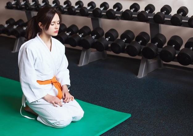 Bella ragazza in un kimono arti karate sport lifestyle fitness sano