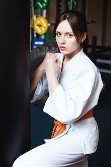 Bella ragazza in un kimono il concetto di stile di vita sportivo di karate fitness sano