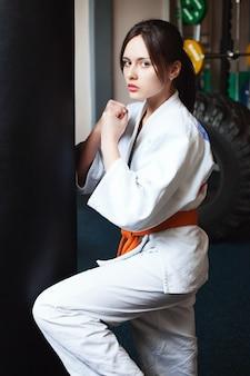 Bella ragazza in un kimono karate sport lifestyle fitness sano