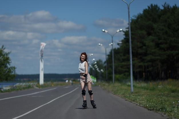 Bella ragazza pattinaggio a rotelle