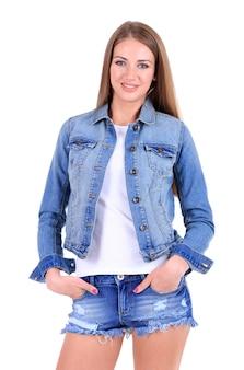 Bella ragazza in pantaloncini, giacca e maglietta su bianco