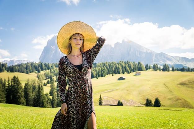 Bella ragazza che viaggia nelle dolomiti, italia