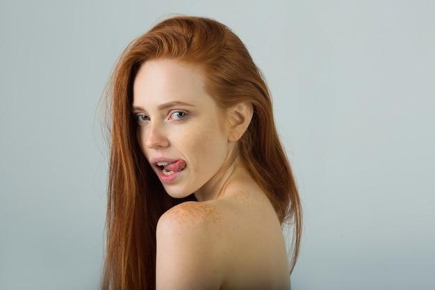 Bella ragazza con i capelli rossi