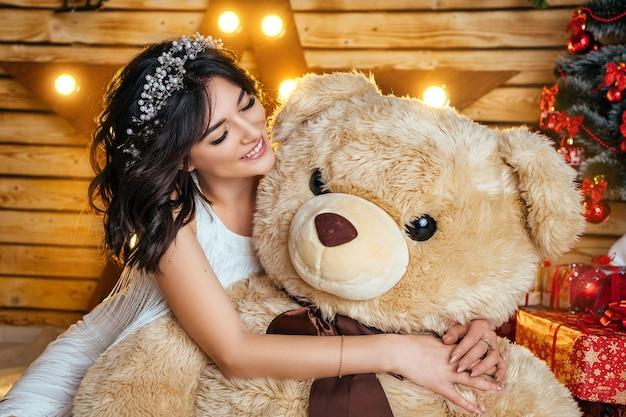 Bella giovane donna felice in un umore festivo in attesa di capodanno e natale