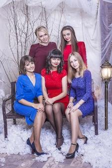 Belle giovani e amiche felici della donna insieme per celebrare il natale